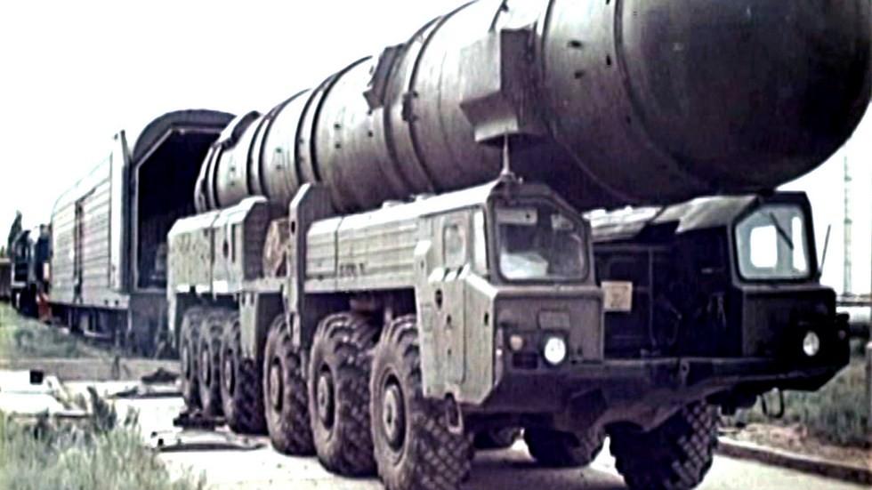 Горизонтальная перегрузка контейнера из железнодорожного вагона на машину 15Т116 (из архива МЗКТ)
