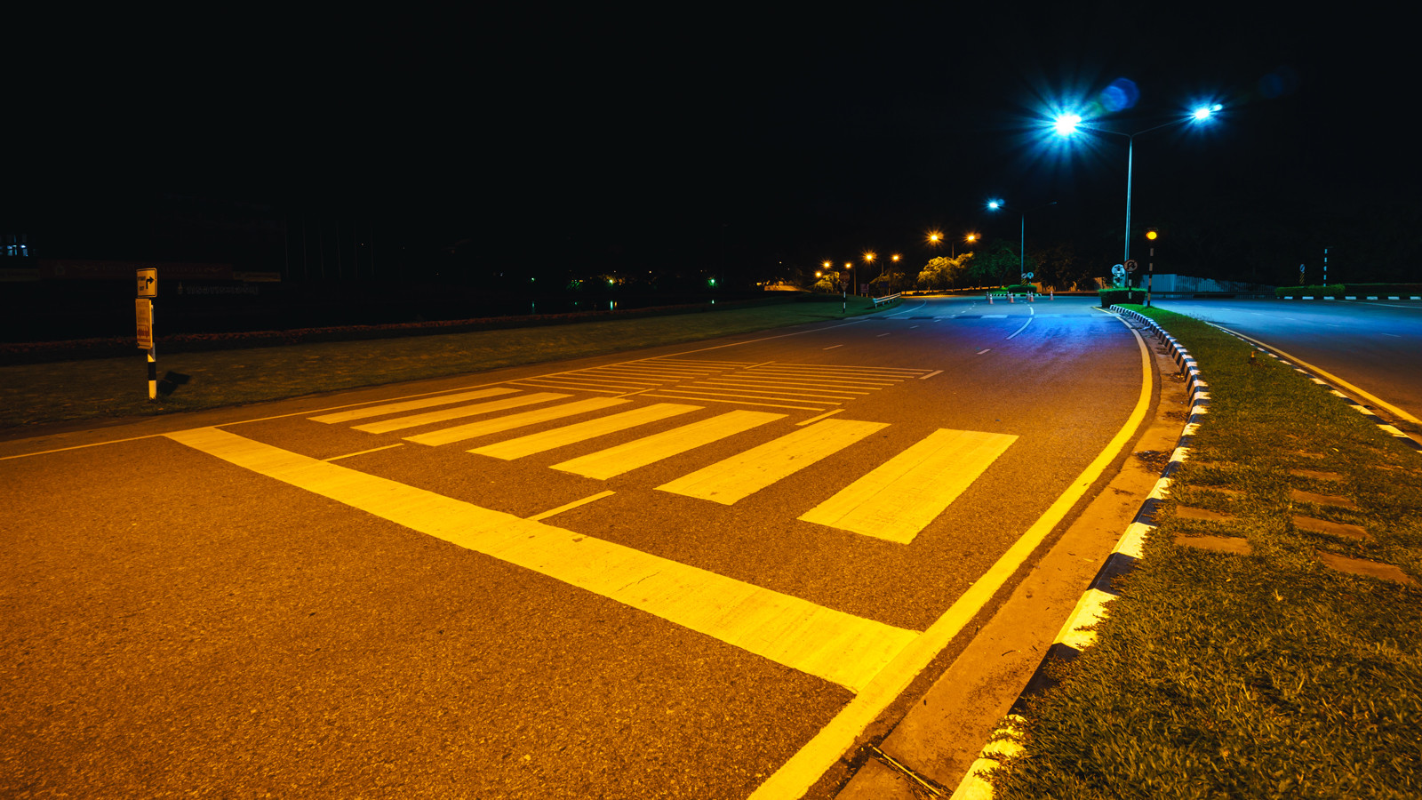 Несколько десятков пешеходных переходов в столице подсветят прожекторами