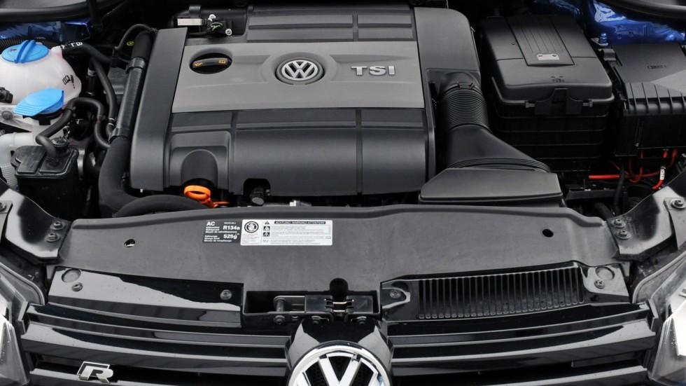 На фото: Под капотом Volkswagen Golf R 3-door '2009–13