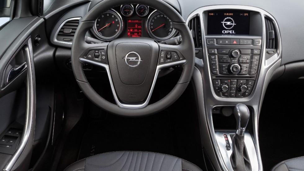 На фото: Торпедо Opel Astra Sedan (J) '2012–н.в.