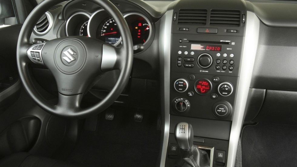 На фото: Торпедо Suzuki Grand Vitara 5-door '2008–12