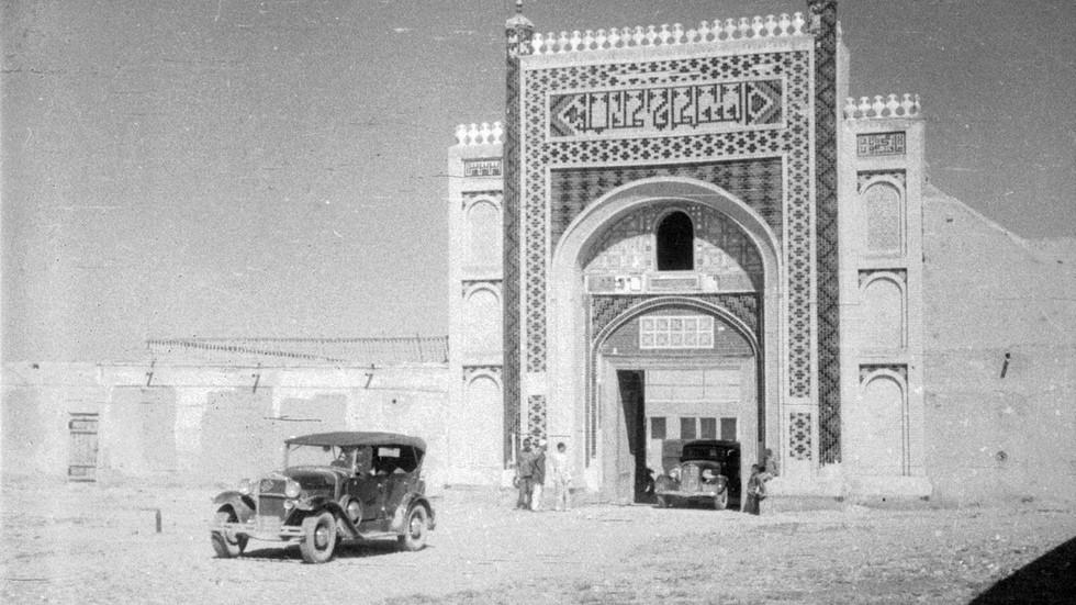 Автомобили ГАЗ выезжают из Дворца Бухарского эмира, Узбекистан, 1936