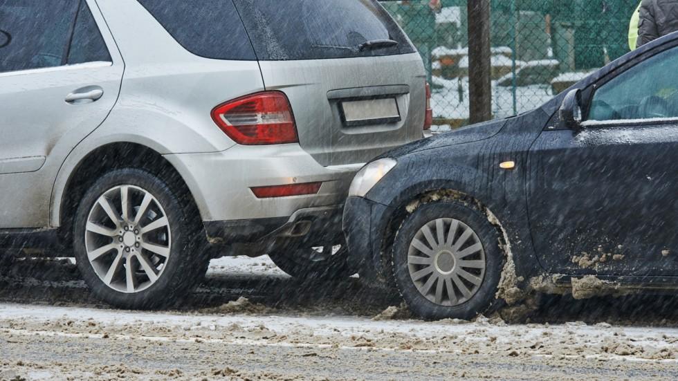 Аварии зимой – обычное явление как в городе на небольших скоростях, так и на загородных шоссе
