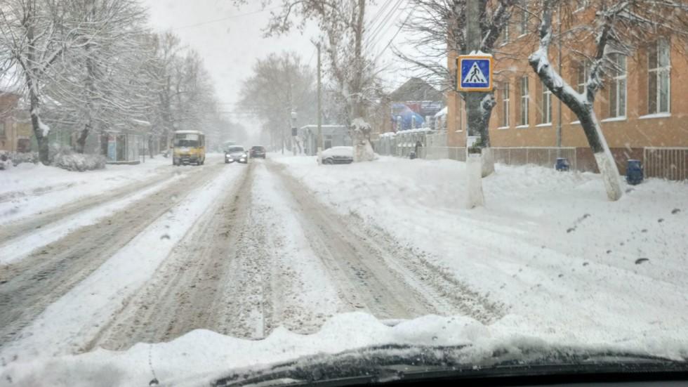 Нужно помнить, что пешеходный переход под толщей снега может быть просто невиден! Поэтому нужно всегда обращать внимание на дорожные знаки