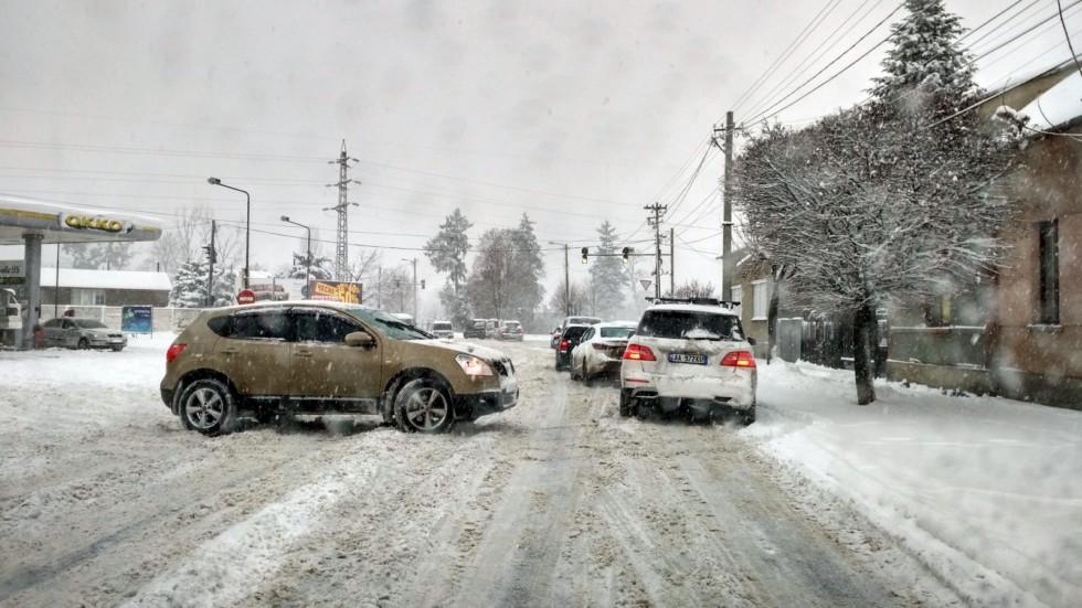 Обратите внимание – водитель моноприводного кроссовера слева не просто стоит поперек дороги – он отчаянно буксует, пытаясь занять свою полосу!