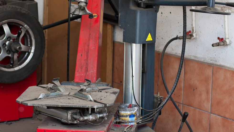 Tire changer device in an automobile repair shop