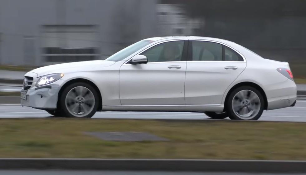 Обновленная версия Mercedes-Benz C-Class 2018 была замечена на шпионской видеозаписи