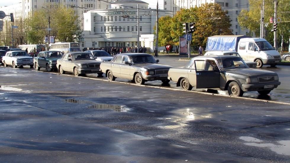 Встать в строй: «сто пятая» (первая слева на фото) быстро пополнила модельный ряд остальных Волг-таксомоторов России