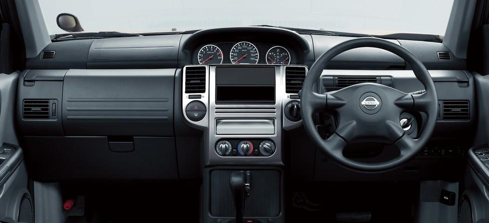 На фото: Торпедо Nissan X-Trail '2003–07
