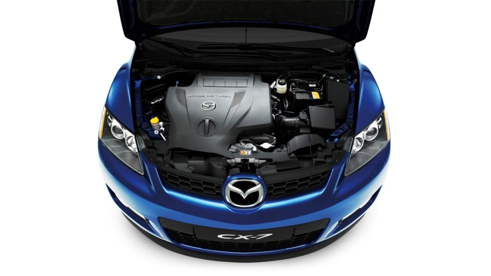 На фото: Под капотом Mazda CX-7 '2006–09