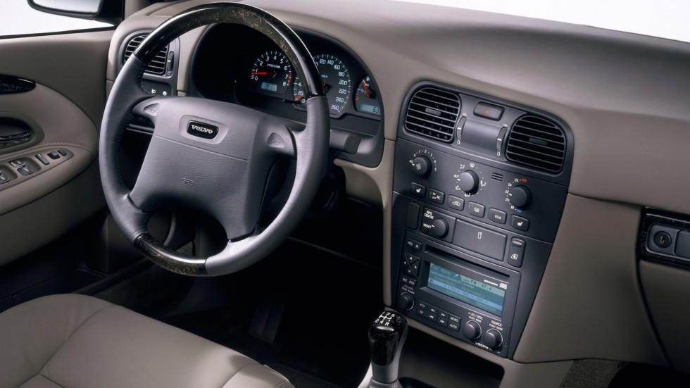 На фото: Торпедо Volvo S40 '2000–02