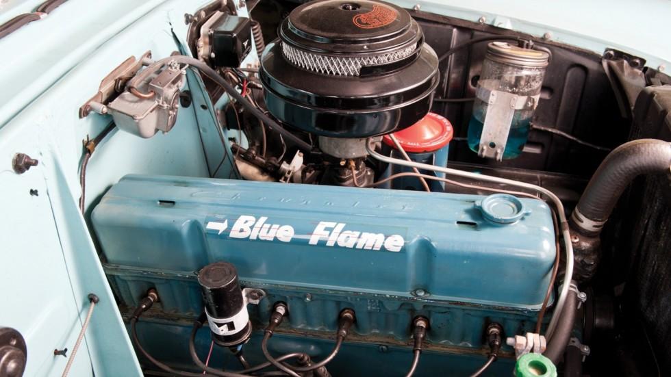 Под капотом американских аналогов встречались рядная «шестёрка» (на фото) либо V8