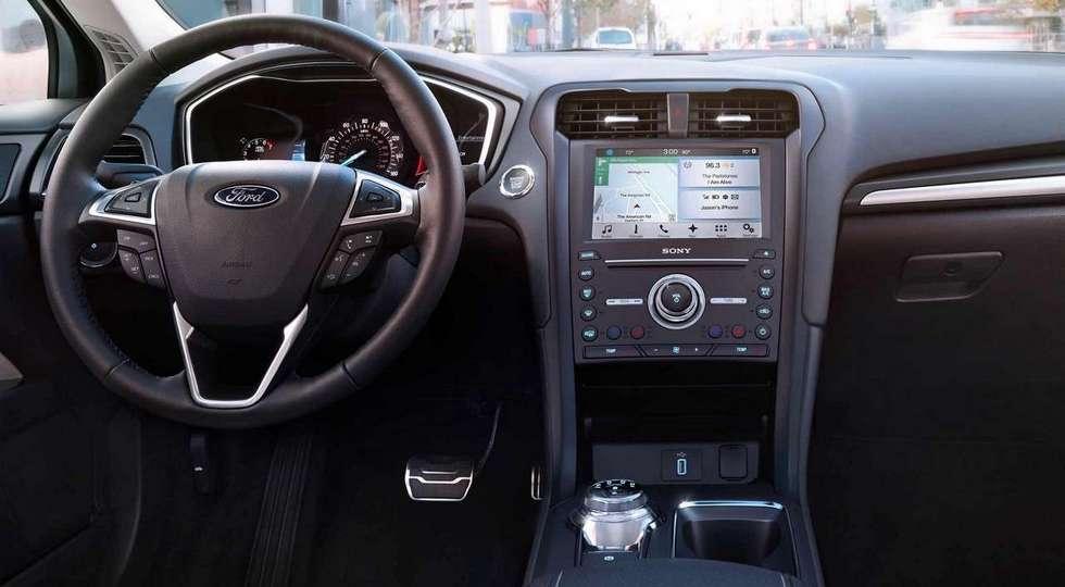 На фото: салон Ford Fusion 2018 модельного года