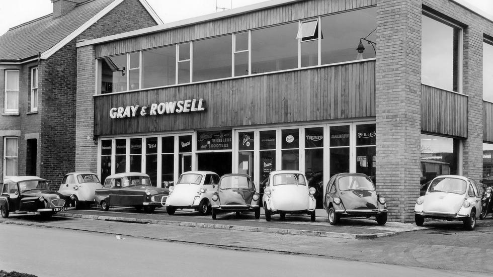 В шестидесятые годы такие машинки встречались не только на улицах, но и в автосалонах!