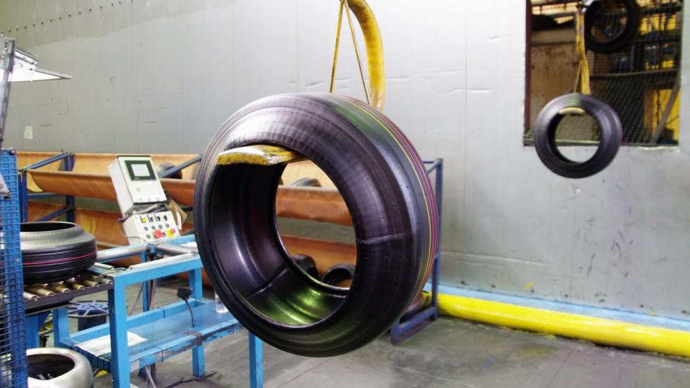 Сырая шина на подвесном конвейере
