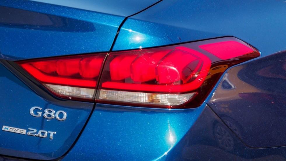 Genesis G80 синий фонарь