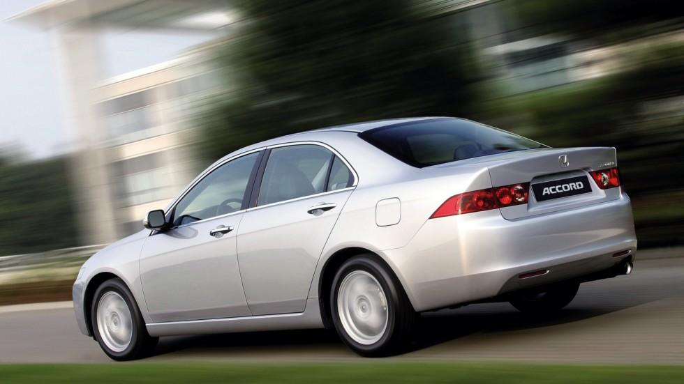 Honda Accord Sedan '2002–06 серебристый в движении