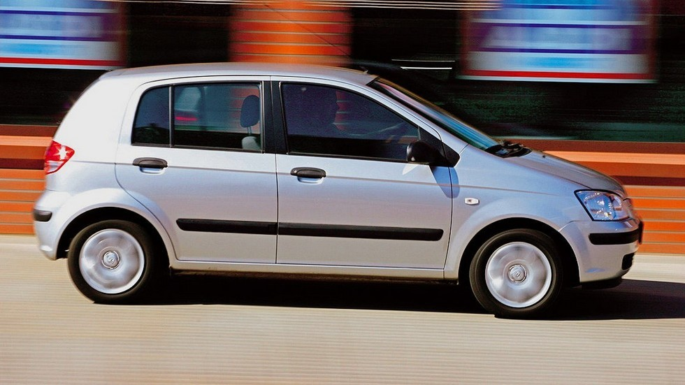 Hyundai Getz серый на ходу вид сбоку