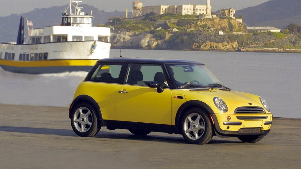 Mini Cooper (R50) '2001–04 жёлтый вид сбоку