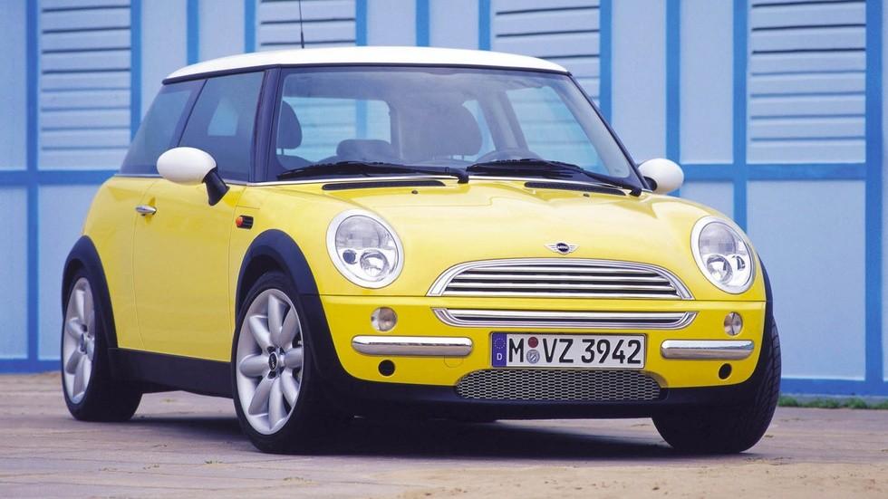 Mini Cooper '2001–04 жёлтый вид три четверти (1)