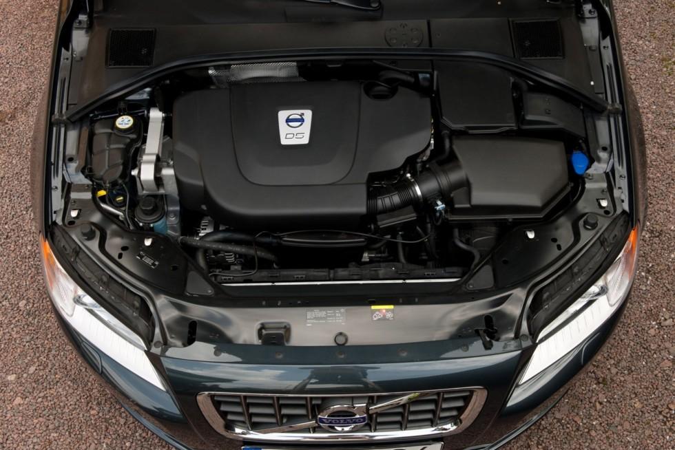 од капотом Volvo S80 D5