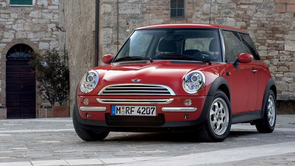 Mini Cooper красный на улице