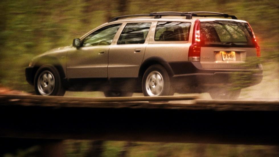 Volvo V70 XC в движении сбоку