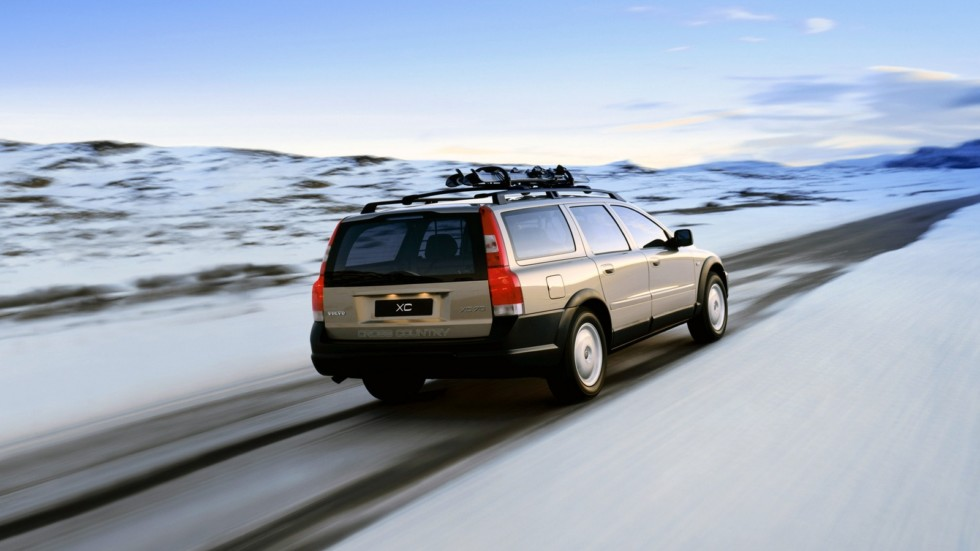 Volvo XC70 в движении вид сзади