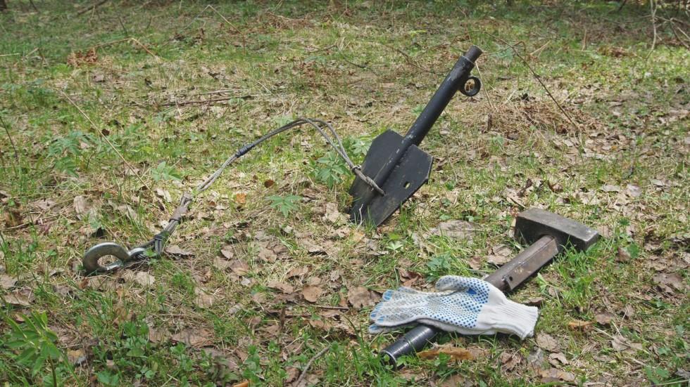 лопата в лесу