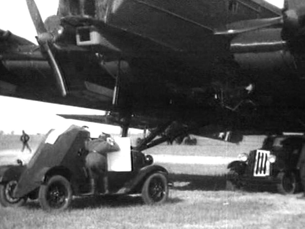 бронемашина Д-8 и бомбардировщик ТБ-3