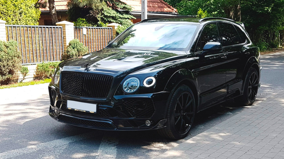 Bentley Bentayga черный вид три четверти