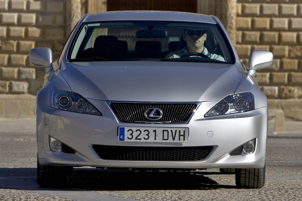 Lexus IS 220d (XE20) '2005–08 вид спереди