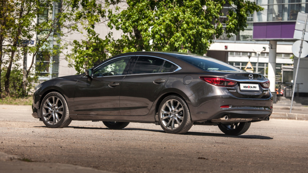Mazda6 темно-серая вид три четверти сзади