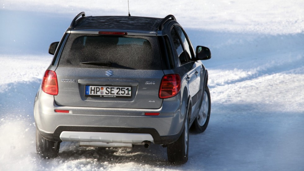 Suzuki SX4 Worldwide '2009–14 на снежной дороге