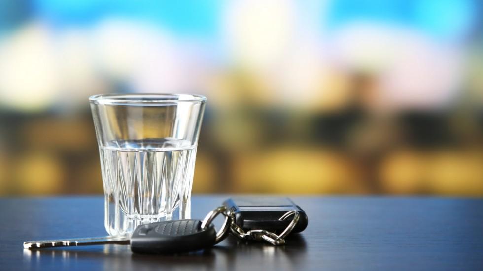 стакан с алкоголем и ключи от машины