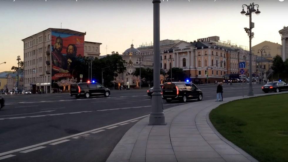 Появилось видео президентского кортежа исключительно изавтомобилей Aurus class=
