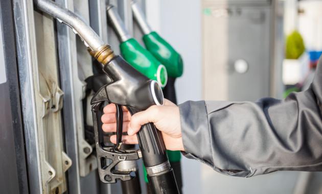 Цены набензин в столице занеделю снизились на7 коп.