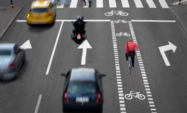 ПДД снова меняют: на этот раз из-за велосипедистов, пешеходов и машин с красными номерами