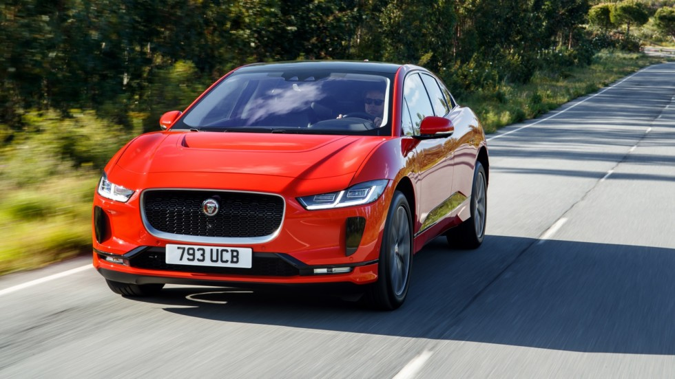 Jaguar I-PACE красный на трассе
