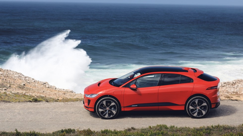 Jaguar I-PACE красный сбоку (2)