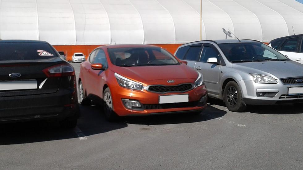 Kia Cee'd II оранжевая спереди