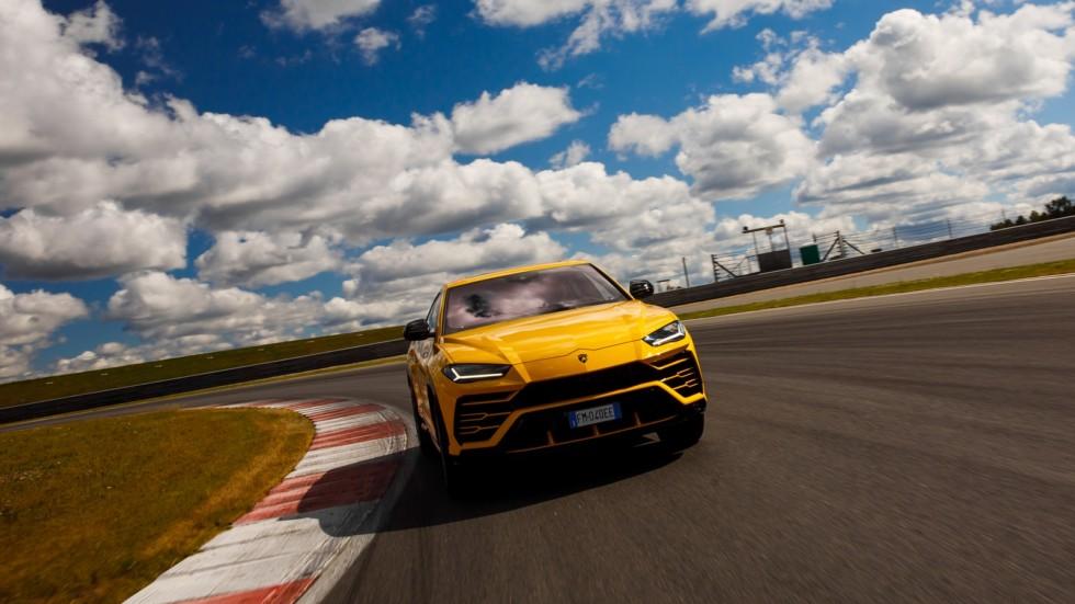Lamborghini Urus жёлтый на трассе (2)