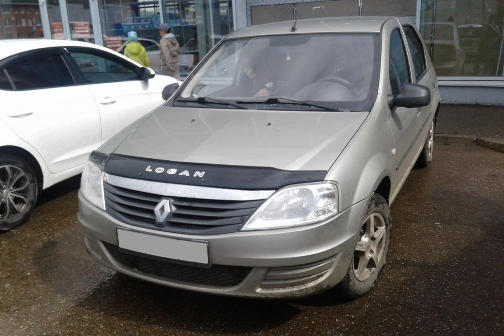 Renault Logan три четверти