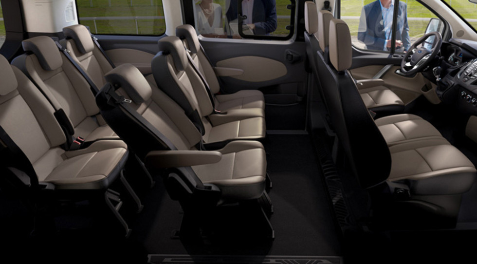 """На фото: обновлённый Ford Transit Custom. Палитра доступных эмалей для кузова расширена за счёт трёх новых """"металликов"""": оранжевого, синего и серебристо-бежевого"""