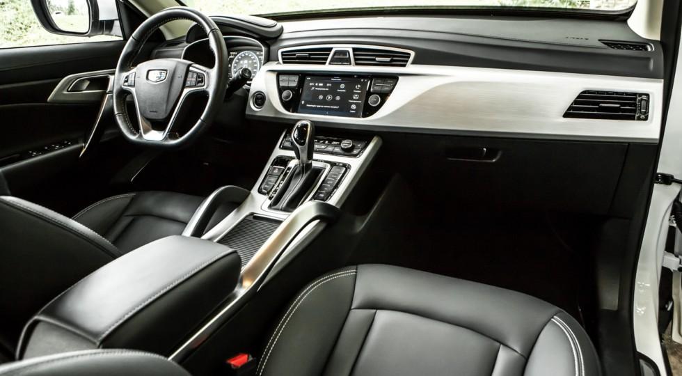 Подкрался незаметно: Geely Atlas против Mazda CX-5