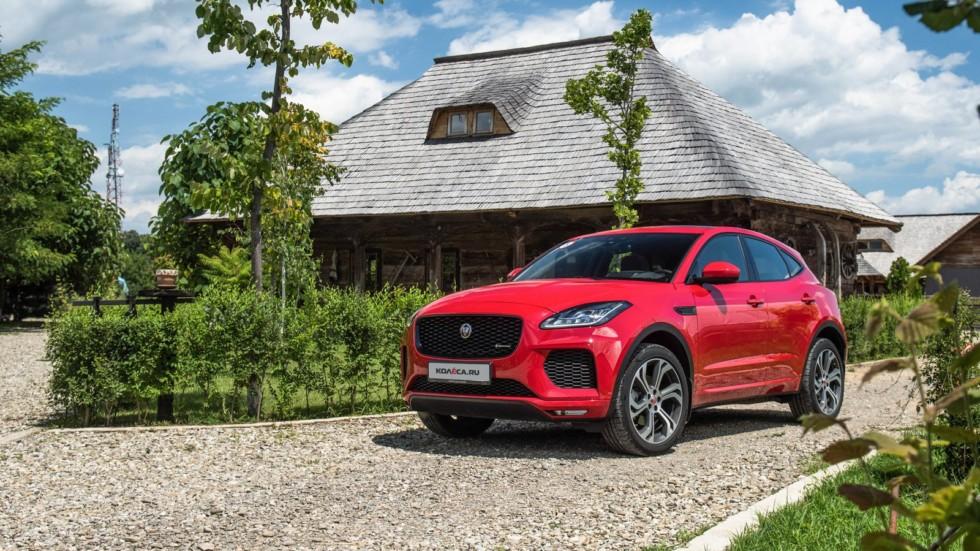 Jaguar E-Pace красный три четверти в деревне (1)