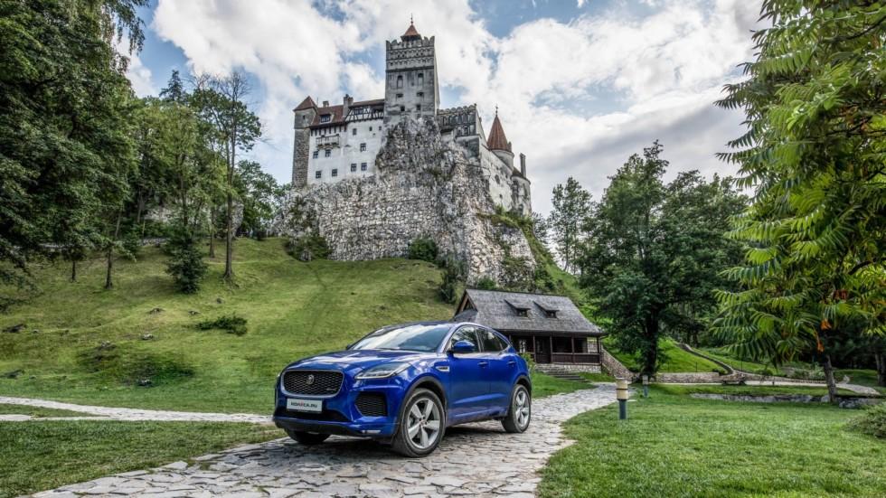 Jaguar E-Pace синий три четверти у замка (2)