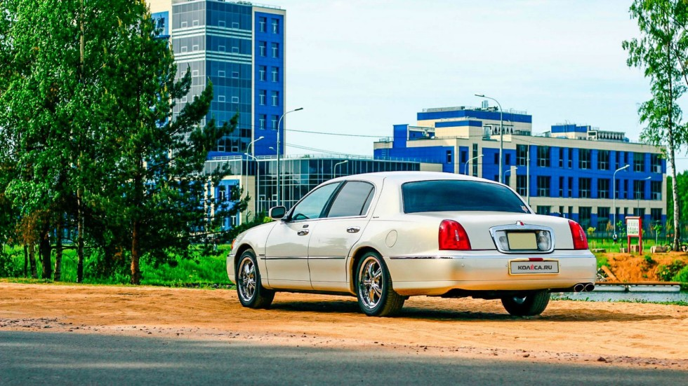 Lincoln Town Car III сзади (1)