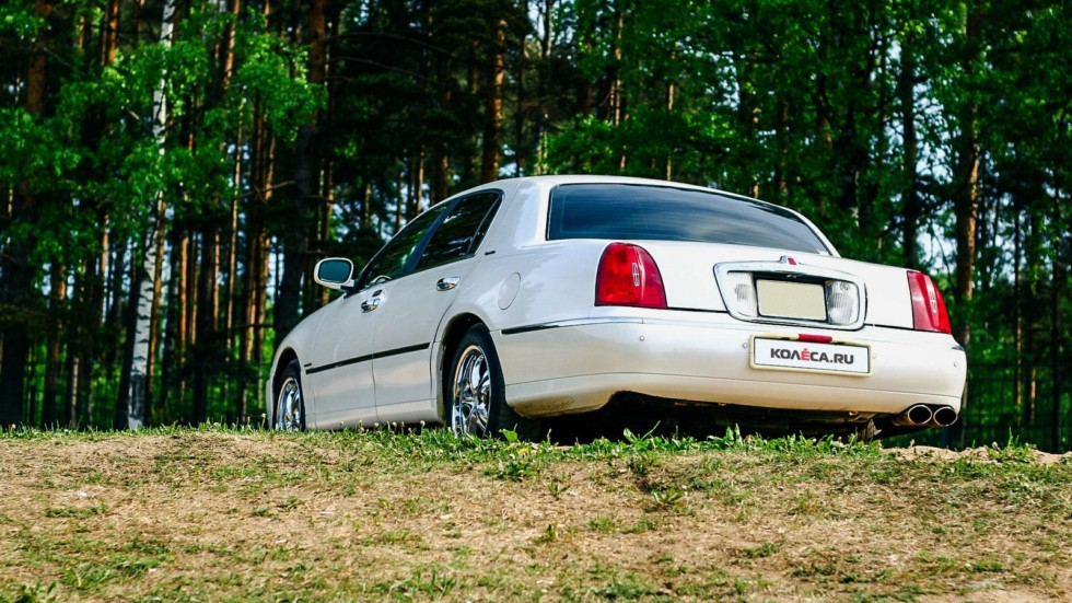 Lincoln Town Car III сзади (3)