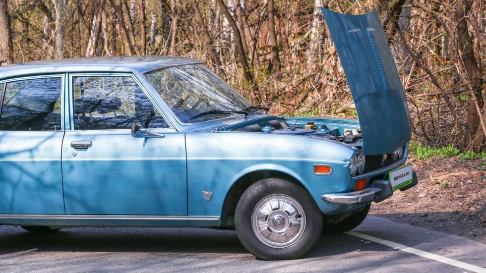 Mazda RX-2 голубая с открытым капотом (2)